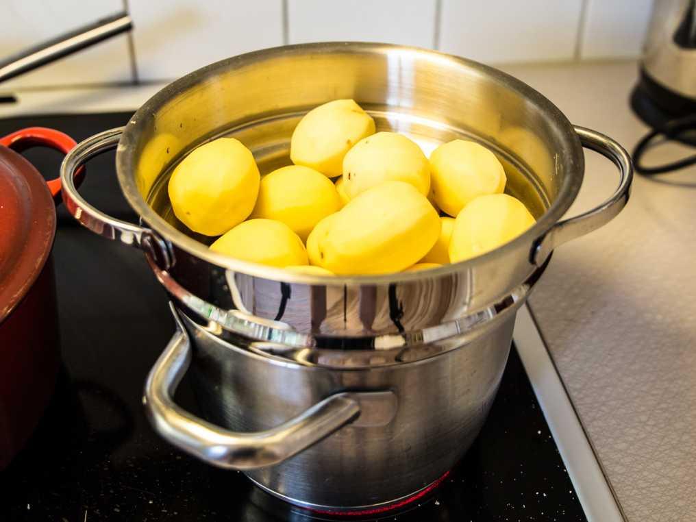 ångkoka potatis i kastrull